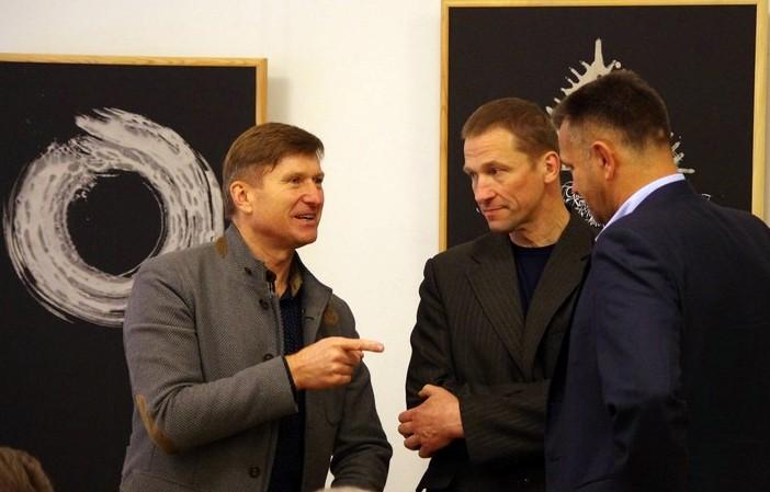 Kauno anykštėnai Arūnas Strumskis ir Romas Pačinskas diskutuoja su VAS tarybos nariu Rolandu Tuskeniu.