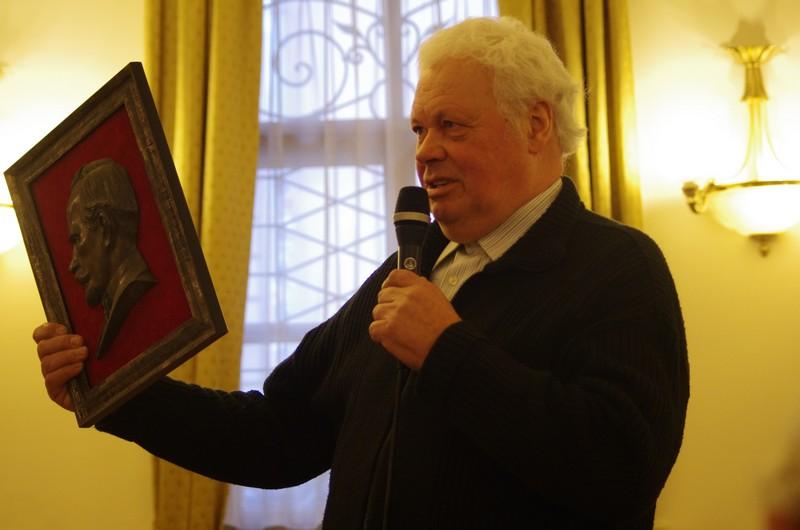 A. Stackevičius ir jo giminės relikvija.