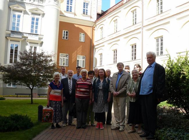 Anykštėnai Vilniaus universiteto kiemelyje.