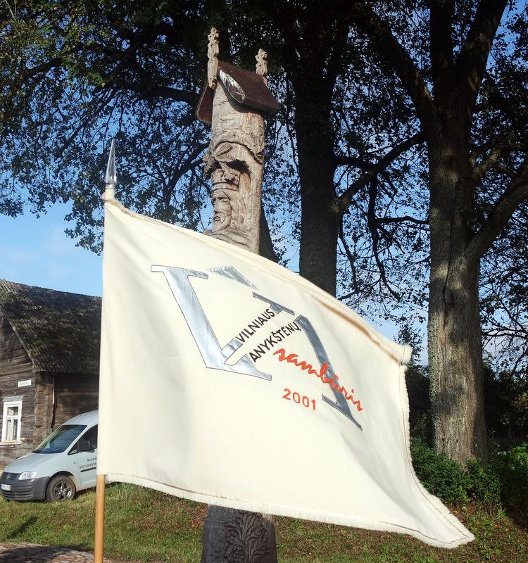 Vilniaus anykštėnų sambūrio vėliavą vėjas plaikstė S. Kairio gimtuosiuose Užunvėžiuose.