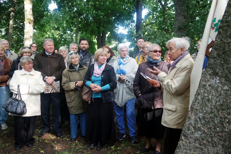 Atminties stabtelėjimas prie Steikūnų giminės kapo Kalvelių senkapyje.