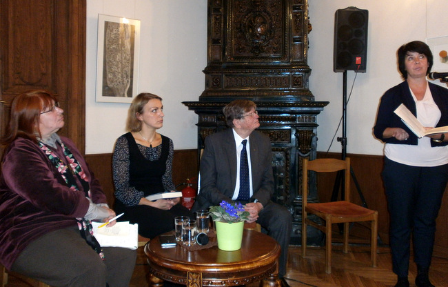 Knygos pristatymas. Sėdi G. Adomaitytė, J. Žąsinaitė ir A. Tyla, kalba Ž. Kolevinskienė.