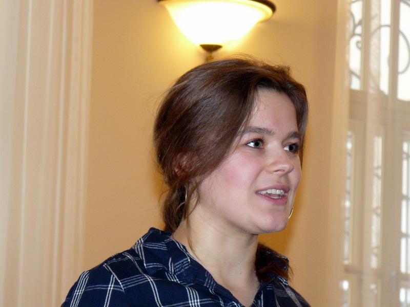 Apie svajones bei jaunystę laisvoje Lietuvoje kalba studentė Kamilė Krasauskaitė. Laimučio Regelskio nuotrauka.