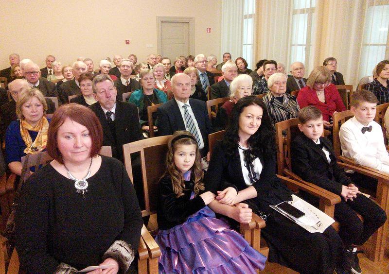 Pirmojoje eilėje (iš kairės): VAS pirmininkė Regina Smetonaitė ir signataro S. Kairo jaunieji giminaičiai: Gabija su mama ir broliukais Tomu bei Matu. Vytauto Rimšos nuotrauka.
