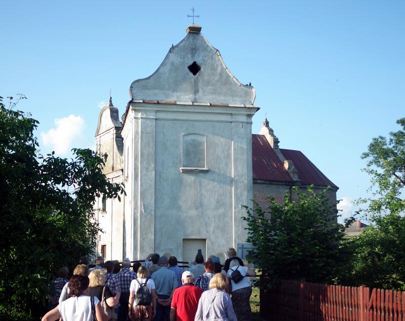 Jogailos statyta bažnyčia už tvoros.