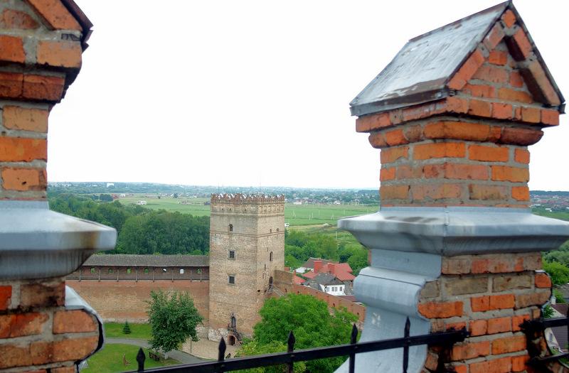 Lucko pilies kiemas nuo didžiojo bokšto.