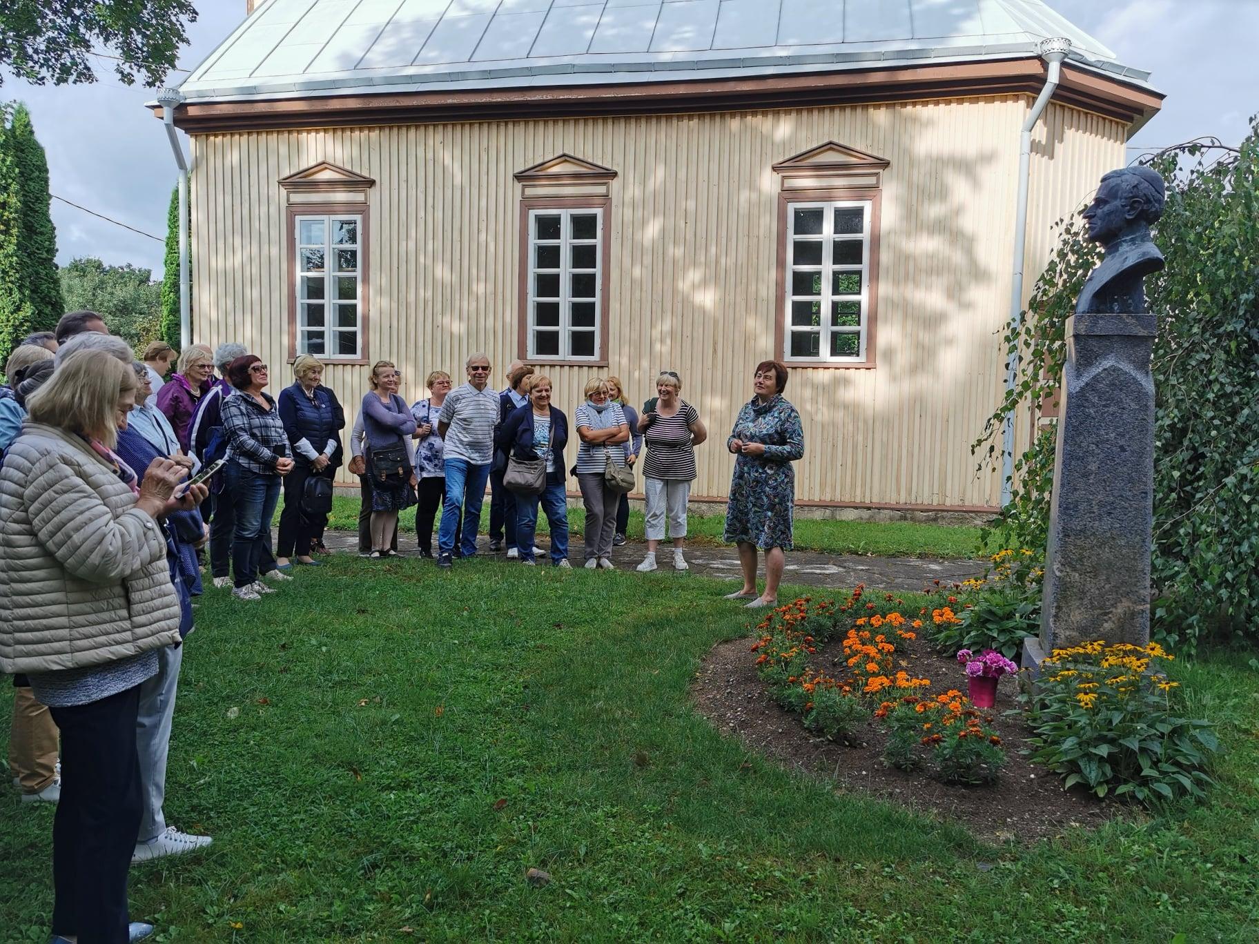 Vilniaus anykštėnai Sedoje, prie A. Baranausko paminklo.