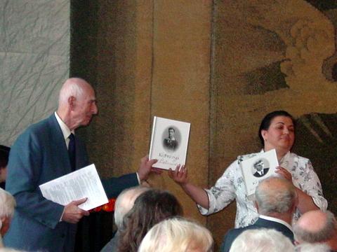 J. Bagdoną ir jo knygas pristato R. Virbalienė.