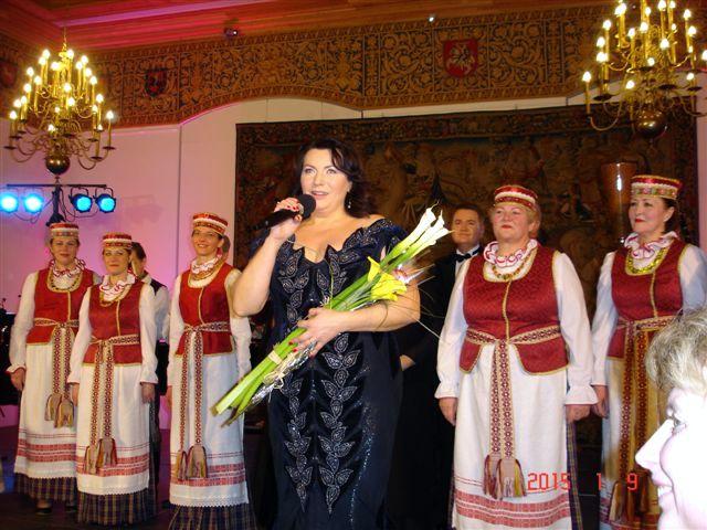 Iš Skiemonių krašto kilusi R. Juzukonytė jubiliejiniame koncerte.