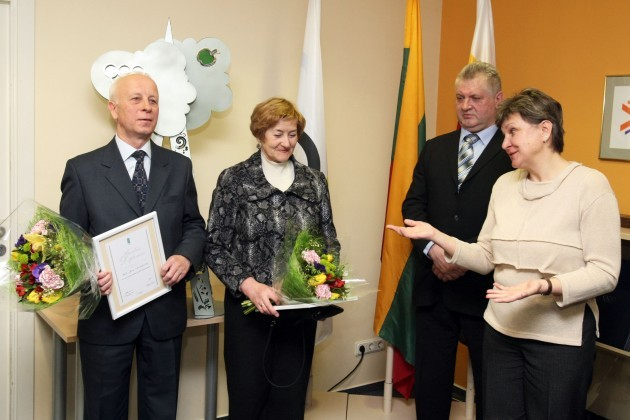 Apdovanoti Vilija ir Jonas Andriškevičiai ir jų globotoji sportininkė Lina Kačiušytė. T. Vinicko (www.delfi.lt) nuotrauka