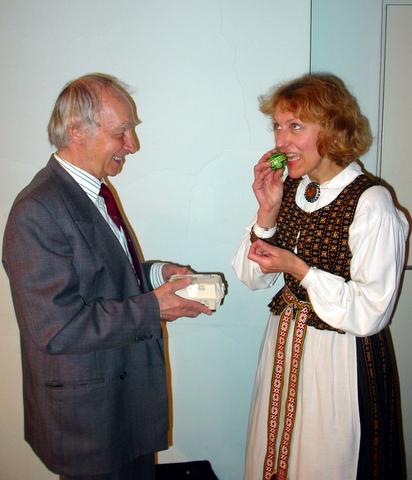 Atvelykio margučių tvirtumą bando kraštiečiai aktorius F. Jakšys ir mokytoja V. Mikučionytė.