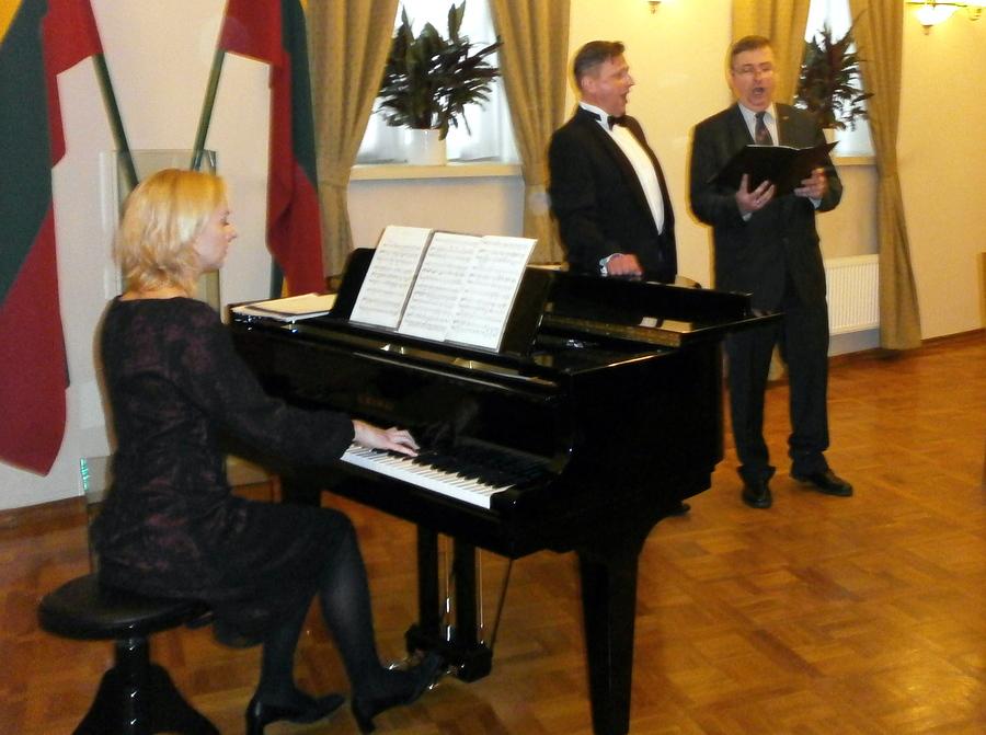 Dainuoja broliai Tomas ir Linas Ladigos, akompanuoja Rūta Blaškytė. Vytauto Rimšos nuotrauka.