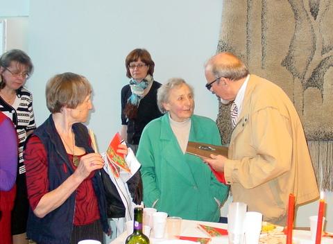 Tarp Atvelykio dalyvių - fotomenininkė Ona Pajedaitė (centre)