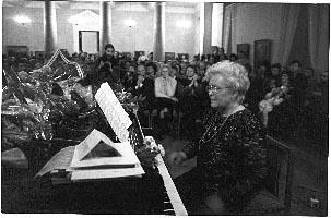 G. Ručytė-Landsbergienė koncertuoja 1995 m. sausį Vilniaus rotušėje. www.bernardinai.lt nuotrauka