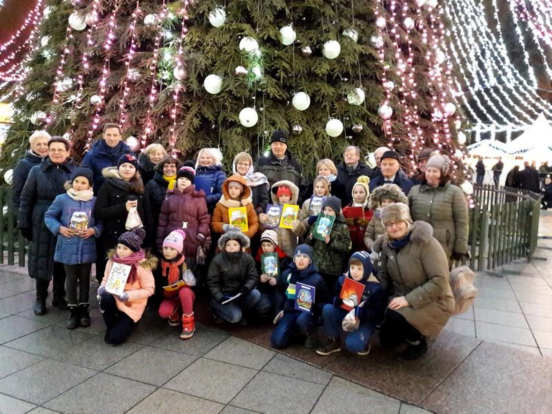 Renginio dalyviai prie Kalėdų eglės Katedros aikštėje.
