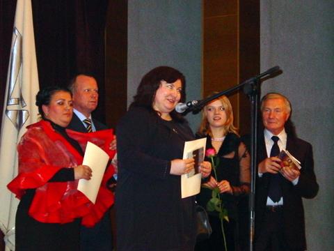 Vieną iš Sambūrio veiklos organizatorių R. Smetonaitę (centre) sveikino visi trys Sambūrio pirmininkai