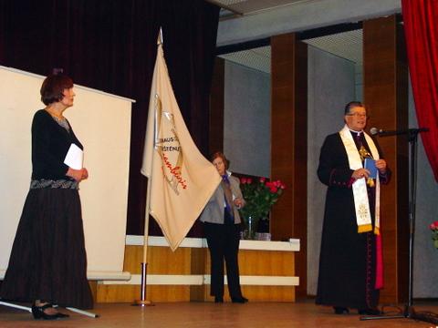 J. Gervytės-Tvarijonavičienės (centre) išsiuvinėtą Vilniaus anykštėnų vėliavą pašventino kan. S. Krumpliauskas