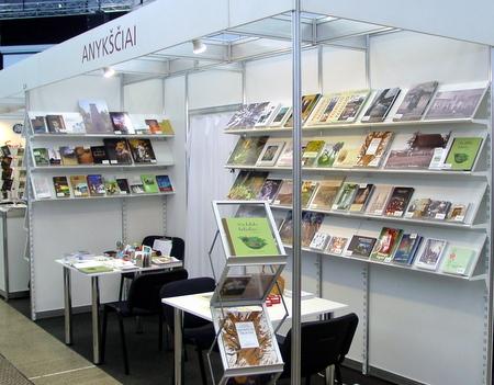 Anykščių knygynėlis su leidinių įvairove.