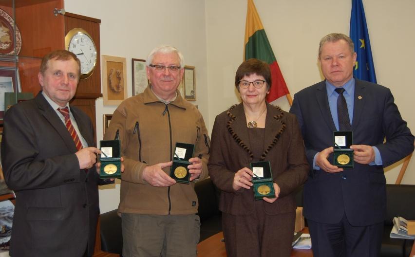 Medaliai anykštėnams A. Verbickui, K. Šerepkai, D. Stankevičienei ir K. Tubiui už veiklą Piliakalnių metais.