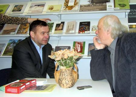 Leidėjo Virginijaus Strolios ir rašytojo Rimanto Vanago pokalbis Knygų mugėje.