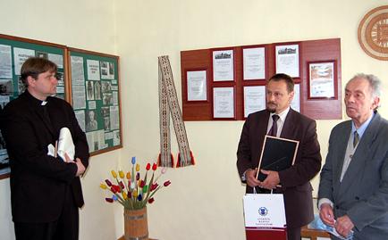 Paminklinę lentą atidengia kun. V. Juškėnas, Anykščių meras S. Obelevičius ir prof. dr. K. R. Kašponis